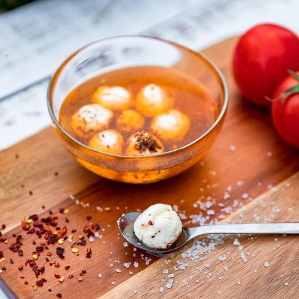 Serowe kulki w oleju rzepakowym z suszonymi pomidorami