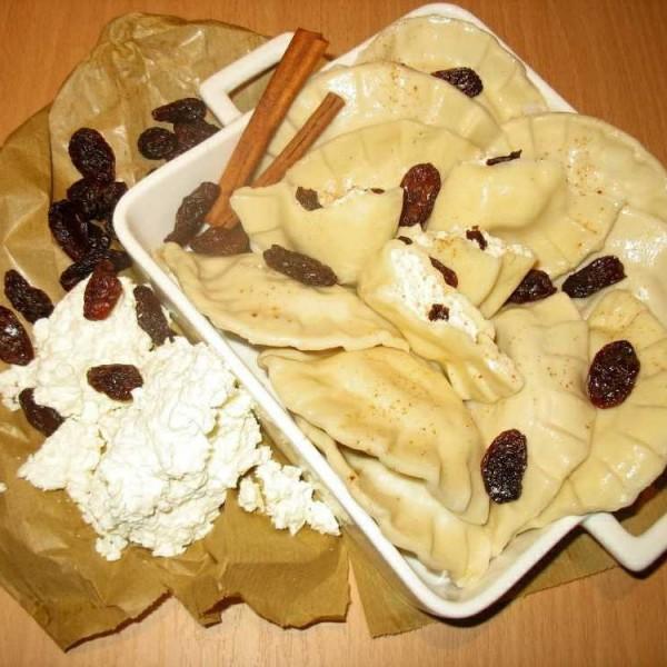 Pierogi z serem i rodzynkami i cynamonem