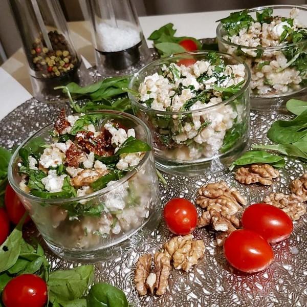Sałatka z Pęczaku z warzywami i orzechami włoskimi