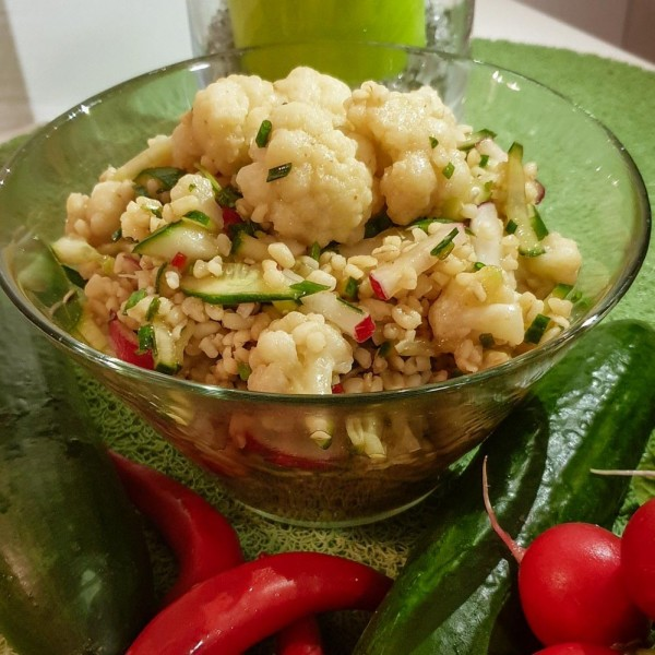 Tajska sałatka z kaszy bulgur z warzywami